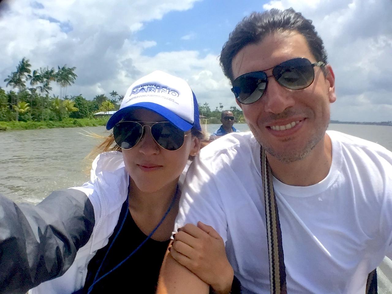 May y Gustavo viajando por el rio Cauca sonrientes