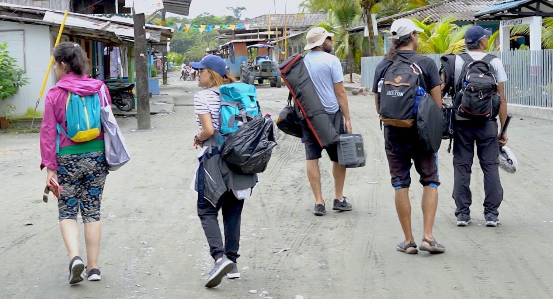 Parte del equipo de Denominación de Origen con la mochila al hombro
